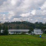 Jezioro Glinowskie a za nim powalony las
