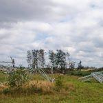 Powalony słup linii wysokiego napięcia w okolicy Sylczna