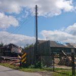 powalona szopa, zerwany dach, zerwana linia elektryczna