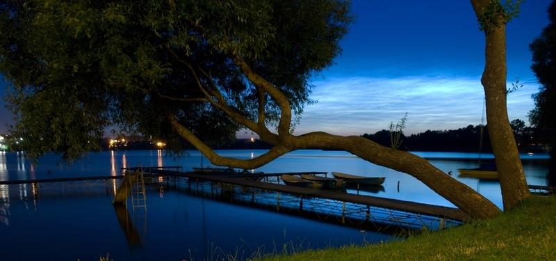 W nocy nad jeziorem