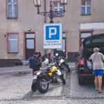 Idealne miejsce na zaparkowanie motocykla na płatnym parkingu